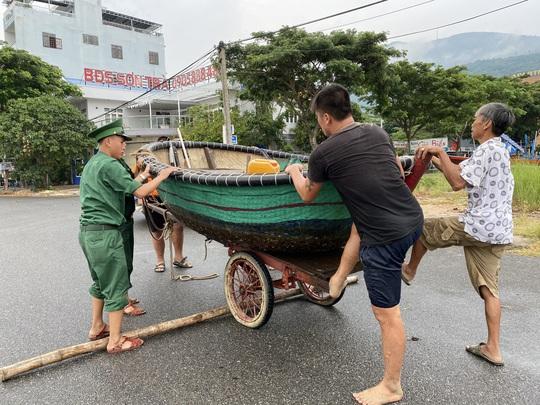 Miền Trung: Người dân hối hả chạy đua chống bão số 5 - Ảnh 7.
