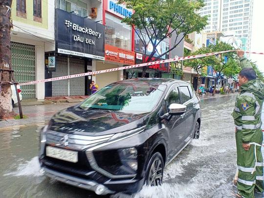 Chùm ảnh trước bão: Đà Nẵng mưa xối xả ngập đường, sấm sét vang trời - Ảnh 19.