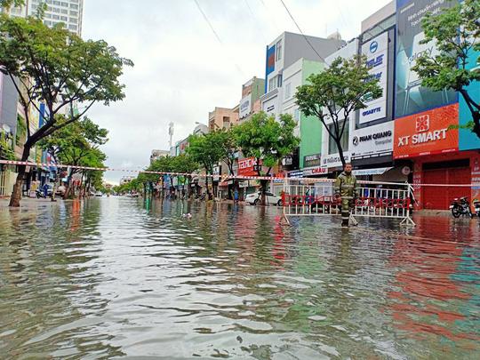 Chùm ảnh trước bão: Đà Nẵng mưa xối xả ngập đường, sấm sét vang trời - Ảnh 20.