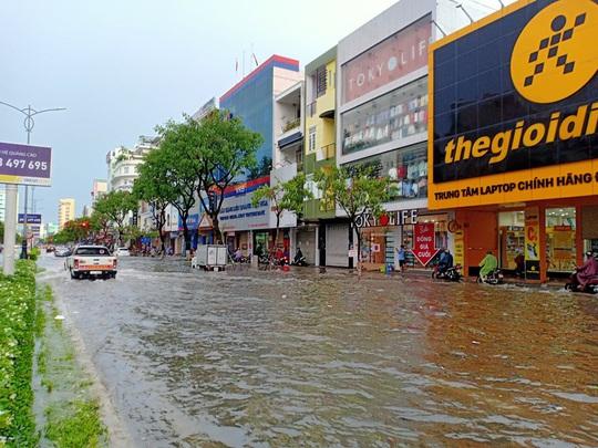 Chùm ảnh trước bão: Đà Nẵng mưa xối xả ngập đường, sấm sét vang trời - Ảnh 7.