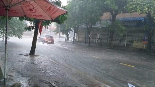Chùm ảnh trước bão: Đà Nẵng mưa xối xả ngập đường, sấm sét vang trời - Ảnh 13.
