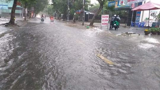 Chùm ảnh trước bão: Đà Nẵng mưa xối xả ngập đường, sấm sét vang trời - Ảnh 14.