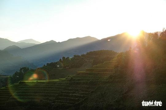 Đuổi theo mặt trời ngắm ruộng bậc thang đẹp như tranh vẽ - Ảnh 13.