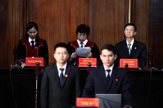 Hình ảnh, tình tiết đáng chú ý ở phiên tòa xét xử ông Nguyễn Thành Tài và bà chủ Hoa Tháng Năm - Ảnh 1.