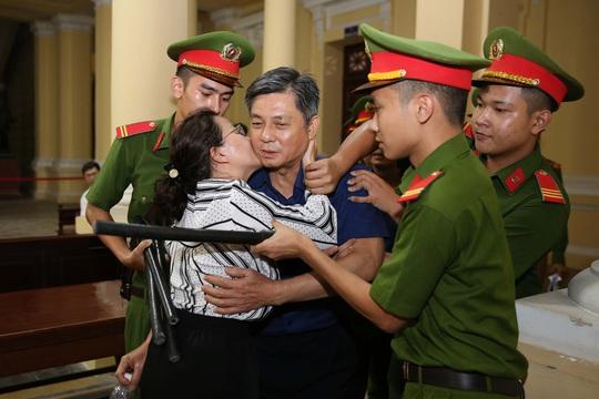Hình ảnh, tình tiết đáng chú ý ở phiên tòa xét xử ông Nguyễn Thành Tài và bà chủ Hoa Tháng Năm - Ảnh 8.