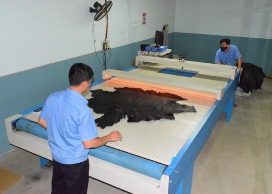 Sức hút từ sản phẩm thời trang da đà điểu, cá sấu Khatoco - Ảnh 4.