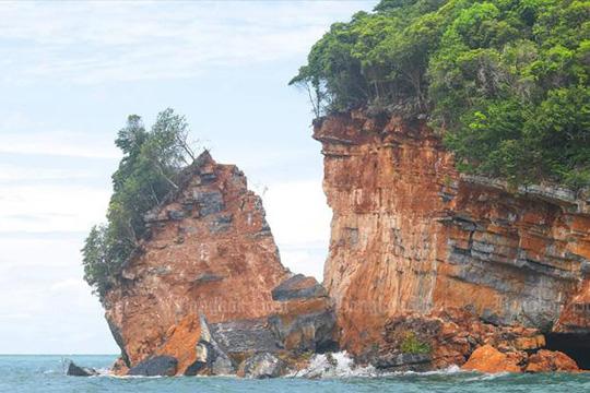 Kỳ lạ hòn đảo bị tách rời một phần ở Thái Lan - Ảnh 1.