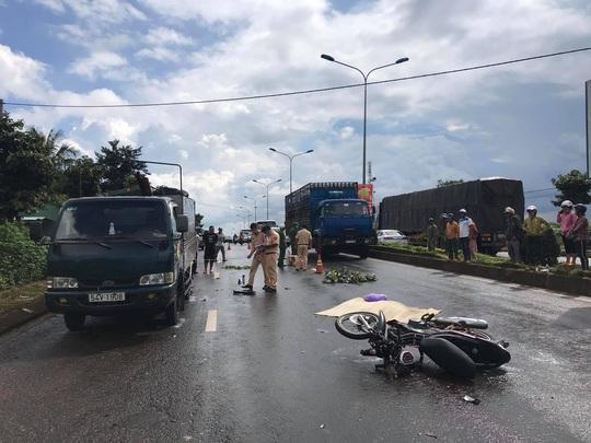 Mưa lớn, tông xe tải đậu bên đường, 1 người tử vong tại chỗ - Ảnh 1.