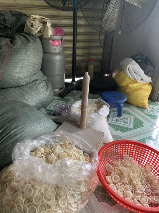 Phát hiện người phụ nữ đang tái chế hàng trăm ngàn bao cao su đã qua sử dụng - Ảnh 2.