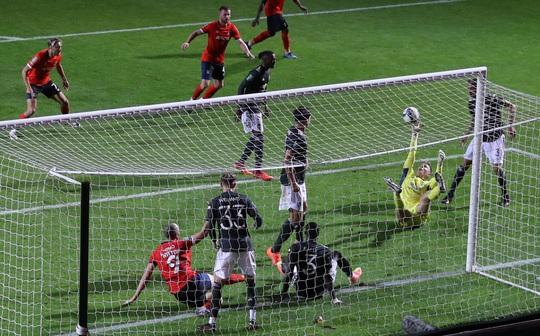 Dự bị lập công, Man United thắng trận đầu tiên mùa giải mới - Ảnh 1.