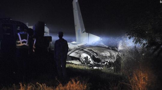 Máy bay quân sự Ukraine chìm trong khói lửa, 25 người chết - Ảnh 3.
