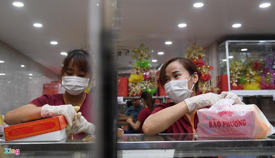 Cảnh tượng trái ngược ở các cửa hàng bánh Trung thu truyền thống - Ảnh 2.