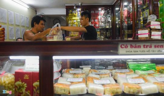 Cảnh tượng trái ngược ở các cửa hàng bánh Trung thu truyền thống - Ảnh 10.