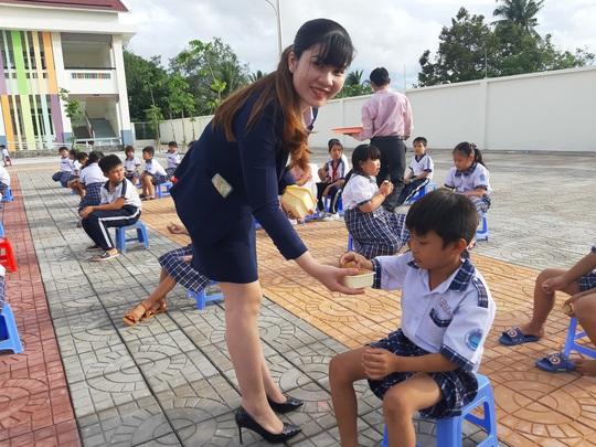 Báo Người Lao Động trao 285 phần quà trung thu cho trẻ em nghèo Cần Thơ - Ảnh 12.