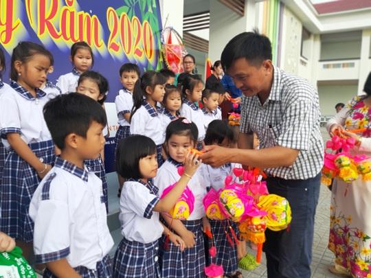 Báo Người Lao Động trao 285 phần quà trung thu cho trẻ em nghèo Cần Thơ - Ảnh 26.