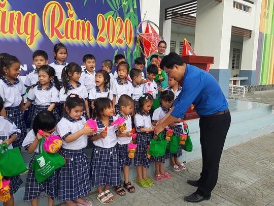 Báo Người Lao Động trao 285 phần quà trung thu cho trẻ em nghèo Cần Thơ - Ảnh 27.