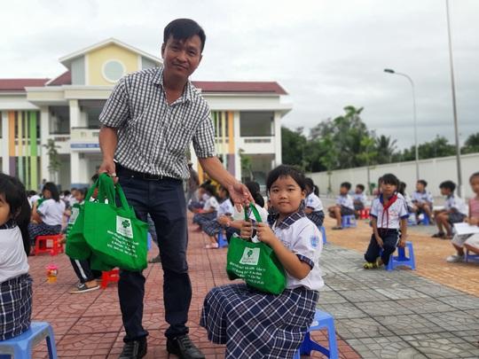 Báo Người Lao Động trao 285 phần quà trung thu cho trẻ em nghèo Cần Thơ - Ảnh 31.