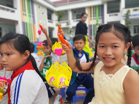 Báo Người Lao Động trao 285 phần quà trung thu cho trẻ em nghèo Cần Thơ - Ảnh 33.