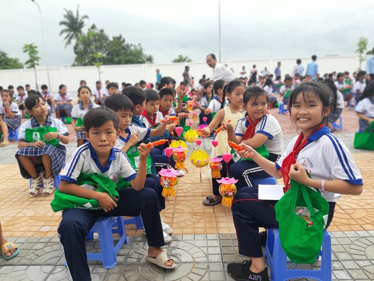 Báo Người Lao Động trao 285 phần quà trung thu cho trẻ em nghèo Cần Thơ - Ảnh 34.