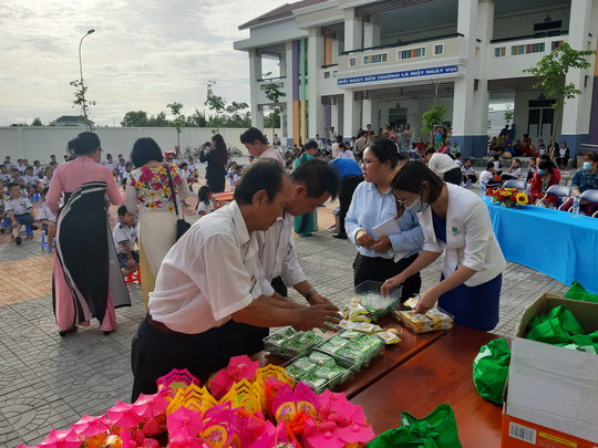 Báo Người Lao Động trao 285 phần quà trung thu cho trẻ em nghèo Cần Thơ - Ảnh 10.