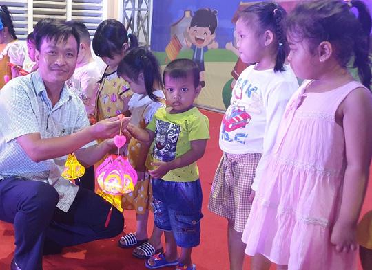 """Ấm áp đêm """"Vui hội trung thu"""" với trẻ em nghèo Sóc Trăng, Tiền Giang - Ảnh 3."""