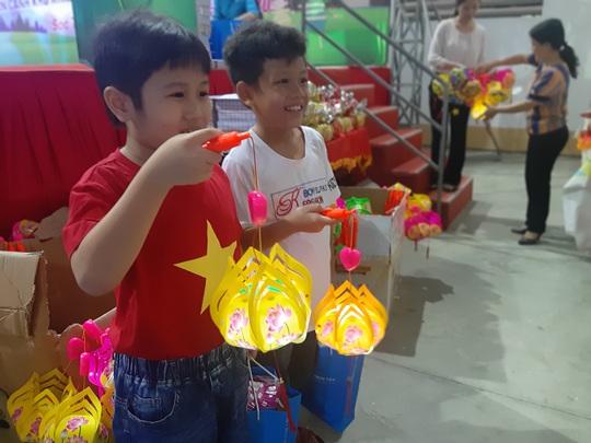 """Ấm áp đêm """"Vui hội trung thu"""" với trẻ em nghèo Sóc Trăng, Tiền Giang - Ảnh 20."""