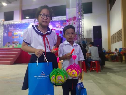 """Ấm áp đêm """"Vui hội trung thu"""" với trẻ em nghèo Sóc Trăng, Tiền Giang - Ảnh 21."""