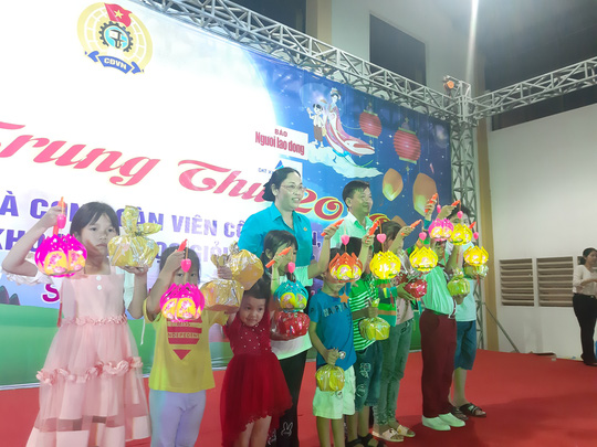 """Ấm áp đêm """"Vui hội trung thu"""" với trẻ em nghèo Sóc Trăng, Tiền Giang - Ảnh 7."""