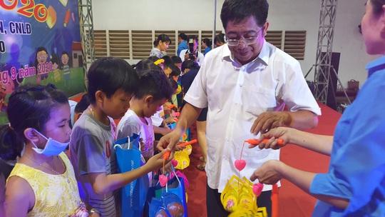 """Ấm áp đêm """"Vui hội trung thu"""" với trẻ em nghèo Sóc Trăng, Tiền Giang - Ảnh 5."""