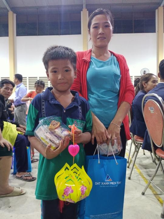 """Ấm áp đêm """"Vui hội trung thu"""" với trẻ em nghèo Sóc Trăng, Tiền Giang - Ảnh 24."""