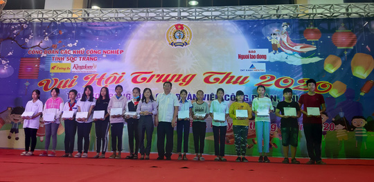 """Ấm áp đêm """"Vui hội trung thu"""" với trẻ em nghèo Sóc Trăng, Tiền Giang - Ảnh 8."""