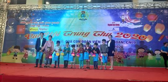 """Ấm áp đêm """"Vui hội trung thu"""" với trẻ em nghèo Sóc Trăng, Tiền Giang - Ảnh 12."""