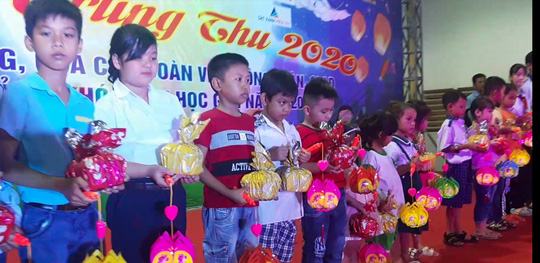 """Ấm áp đêm """"Vui hội trung thu"""" với trẻ em nghèo Sóc Trăng, Tiền Giang - Ảnh 13."""
