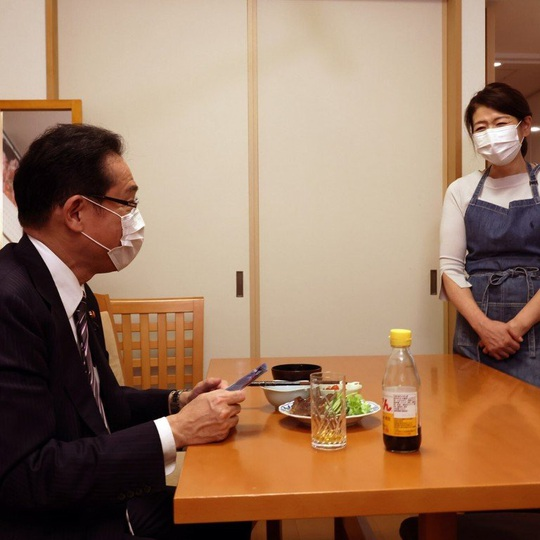 Ứng viên thủ tướng Nhật Bản khổ vì đăng ảnh vợ đeo tạp dề - Ảnh 1.