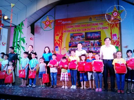 """Ấm áp đêm """"Vui hội trung thu"""" với trẻ em nghèo Sóc Trăng, Tiền Giang - Ảnh 1."""