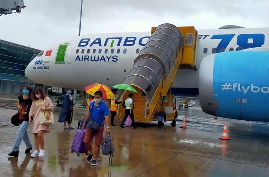Yêu cầu bảo đảm an toàn cho hành khách lên xuống máy bay bằng xe thang - Ảnh 1.