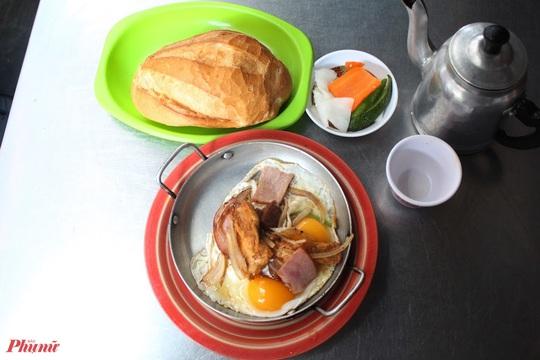 Bánh mì Hòa Mã hơn 60 năm ở Sài Gòn, ngon hay không chỉ là khái niệm! - Ảnh 1.