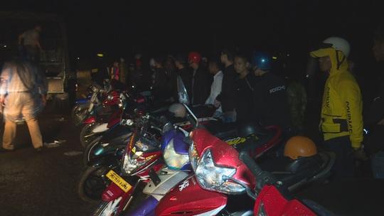 Công an vây ráp bắt giữ gần 300 thanh thiếu niên, học sinh tụ tập đua xe - Ảnh 1.
