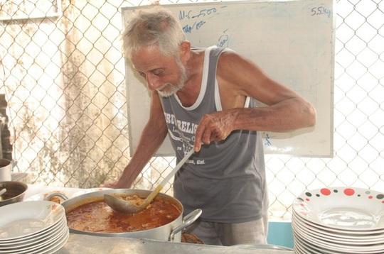 Quán cà ri Ấn Độ hơn 40 năm ở miền Tây lạ, ngon bởi món ăn kèm - Ảnh 1.