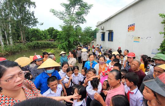 Phản đối sáp nhập trường, hàng trăm học sinh không được tới trường - Ảnh 1.