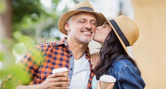 Vì sao phụ nữ thích đàn ông lớn tuổi hơn? - Ảnh 2.