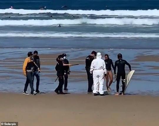 Mắc Covid-19 vẫn đi lướt sóng, bị cảnh sát ra tận bãi biển bắt giữ - Ảnh 1.
