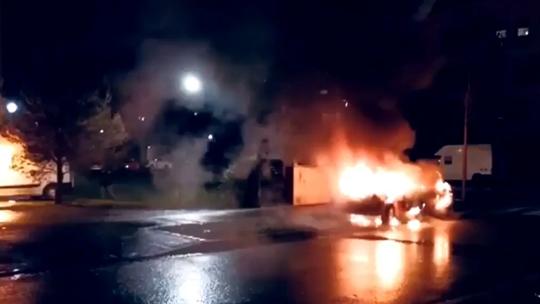 """Pháp đón năm mới """"rực lửa"""", hàng chục xe hơi bị đốt cháy - Ảnh 1."""