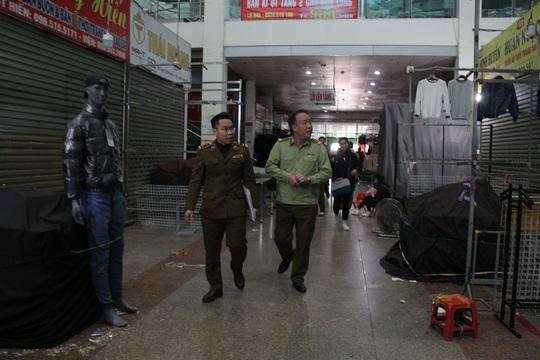 Tiểu thương chợ Ninh Hiệp đóng cửa để né khi quản lý thị trường truy quét hàng nhái - Ảnh 1.
