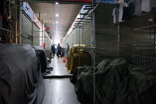 Tiểu thương chợ Ninh Hiệp đóng cửa để né khi quản lý thị trường truy quét hàng nhái - Ảnh 4.