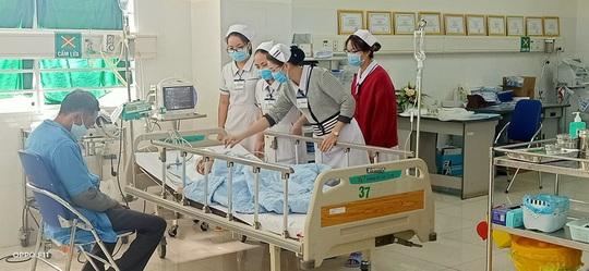 Bệnh viện bật báo động đỏ cứu cháu bé 5 tuổi bị cha chém nát mặt - Ảnh 2.