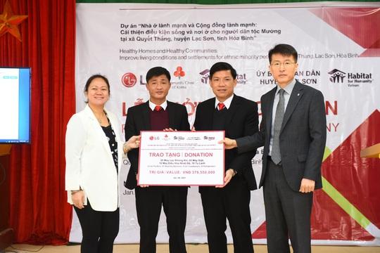 LG chung tay cùng Habitat For Humanity hỗ trợ các gia đình dân tộc Mường tại Hòa Bình - Ảnh 1.