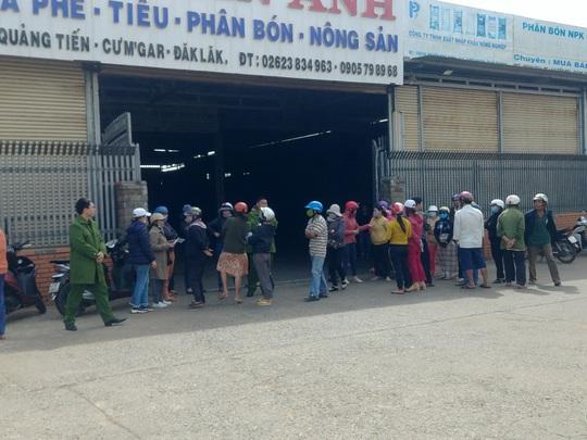 Hàng chục người vây công ty nông sản đòi nợ - Ảnh 1.