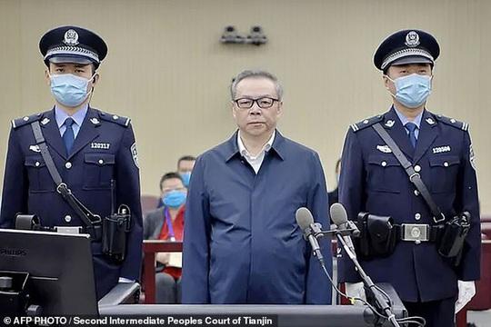 Video 3 tấn tiền mặt chất như núi trong nhà quan tham Trung Quốc - Ảnh 2.