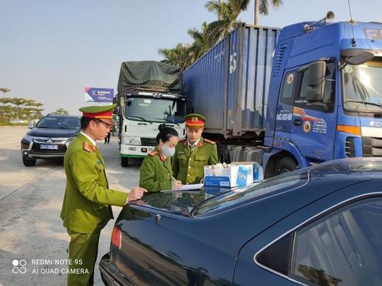 Triệt phá đường dây vận chuyển hàng lậu từ Trung Quốc với số lượng khủng - Ảnh 1.